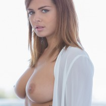Busty beauty Keisha Grey shows her perfect tits